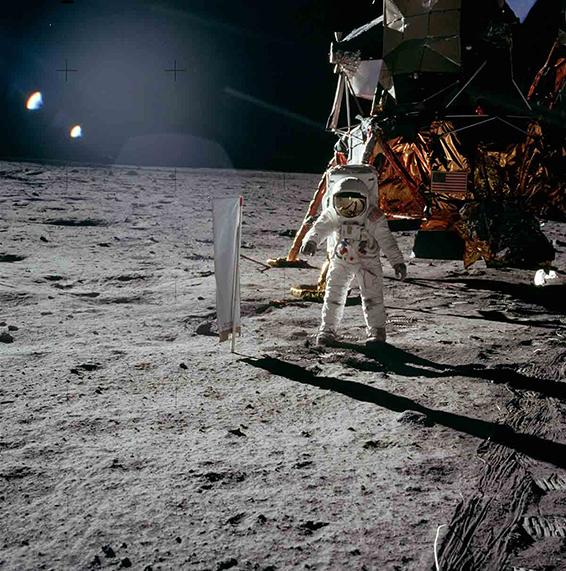 Juli 1969: Apollo 11 auf dem Mond mit dem Sonnenwind-Segel (SWC) des Physikalischen Instituts der Universität Bern. Es fing die Gase von der Sonne ein. Diese wurden in Bern mit speziell dafür entwickelten Massenspektrometern gemessen. Astronaut Edwin «Buzz» Aldrin steht neben dem Berner Experiment.